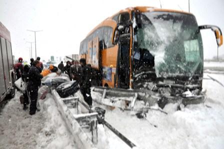 Kar-lastiği-bulunmayan-otobüs-bariyerlere-çarptı-1-yaralı